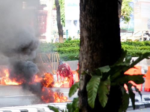 bangkok_protests_burning_blockage
